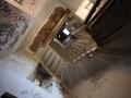 Escalier dans une église désaffectée à Fréjus